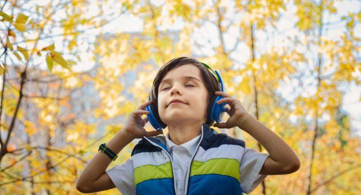 veerkrachtige kinderen luisteren naar positieve peptalks