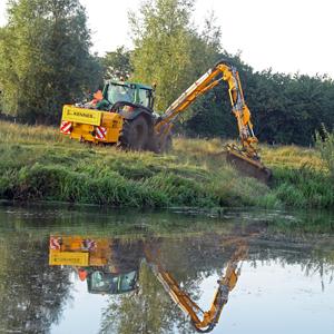 Loonbedrijf Kennes waterloop berm maaien