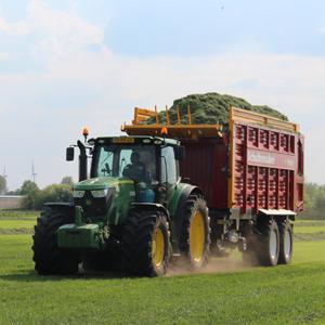 Loonbedrijf Kennes gras ophalen