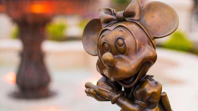 Minnie Mouse in Castle Hub at Magic Kingdom in Walt Disney World 2 l kennythepirate.com