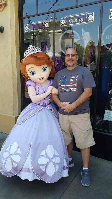 How i met 56 characters in one day disneyland character locator most characters meet into the early afternoon then leave only a few characters are available to meet at night in disneyland dca m4hsunfo