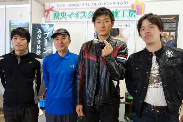 埼玉県の男性が同僚と3人で新潟市へ向かう途中に立ち寄ってものづくり体験工房で「スプーンのみがき体験」に挑戦