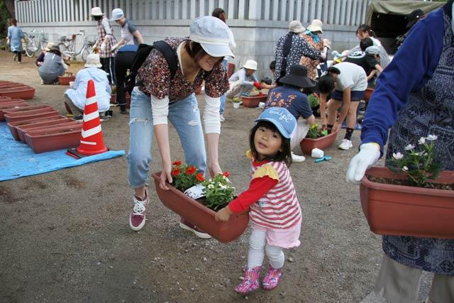 八幡宮でプランターに花を植える