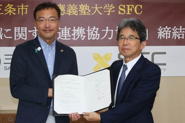 「地方創生に関する連携協力協定」に調印した国定市長(左)と慶応大SFCの総合政策学部の河添健学部長