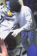 Изображение с камеры видеонаблюдения одного из грабителей в пижаме.  Картина: Kent Police