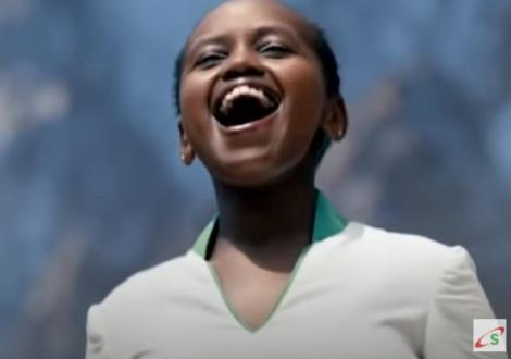 A young girl singing in the Niko na Safaricom advert.