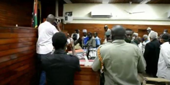 Suspect Attacks Magistrate in Court [VIDEO]