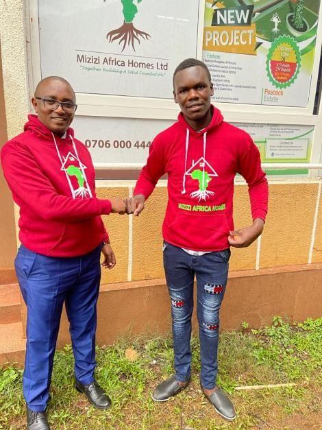 Murang'a High School alumnus George Mburu awards 2020 top KCSE student Wanjala Simiyu with a cheque worth Ksh50,000