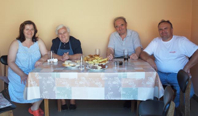 A Mészáros Tivadar szüleivel és feleségével