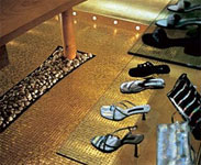 Интерьер магазина, золотая мозаика