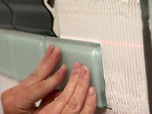 Использование лазерного нивелира для укладки плитки из керамики.