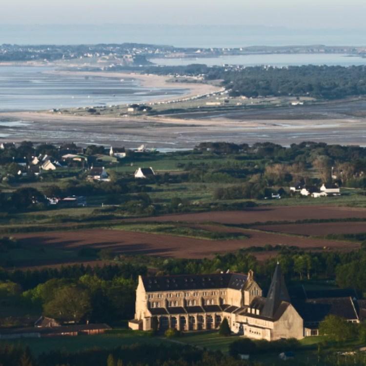 Abbaye Sainte Anne de Kergonan au bord de la mer
