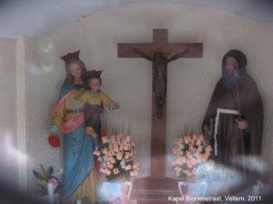 In de Binnenstraat staat een kapel toegewijd aan O.L.Vrouw Middelares en St. Antonius
