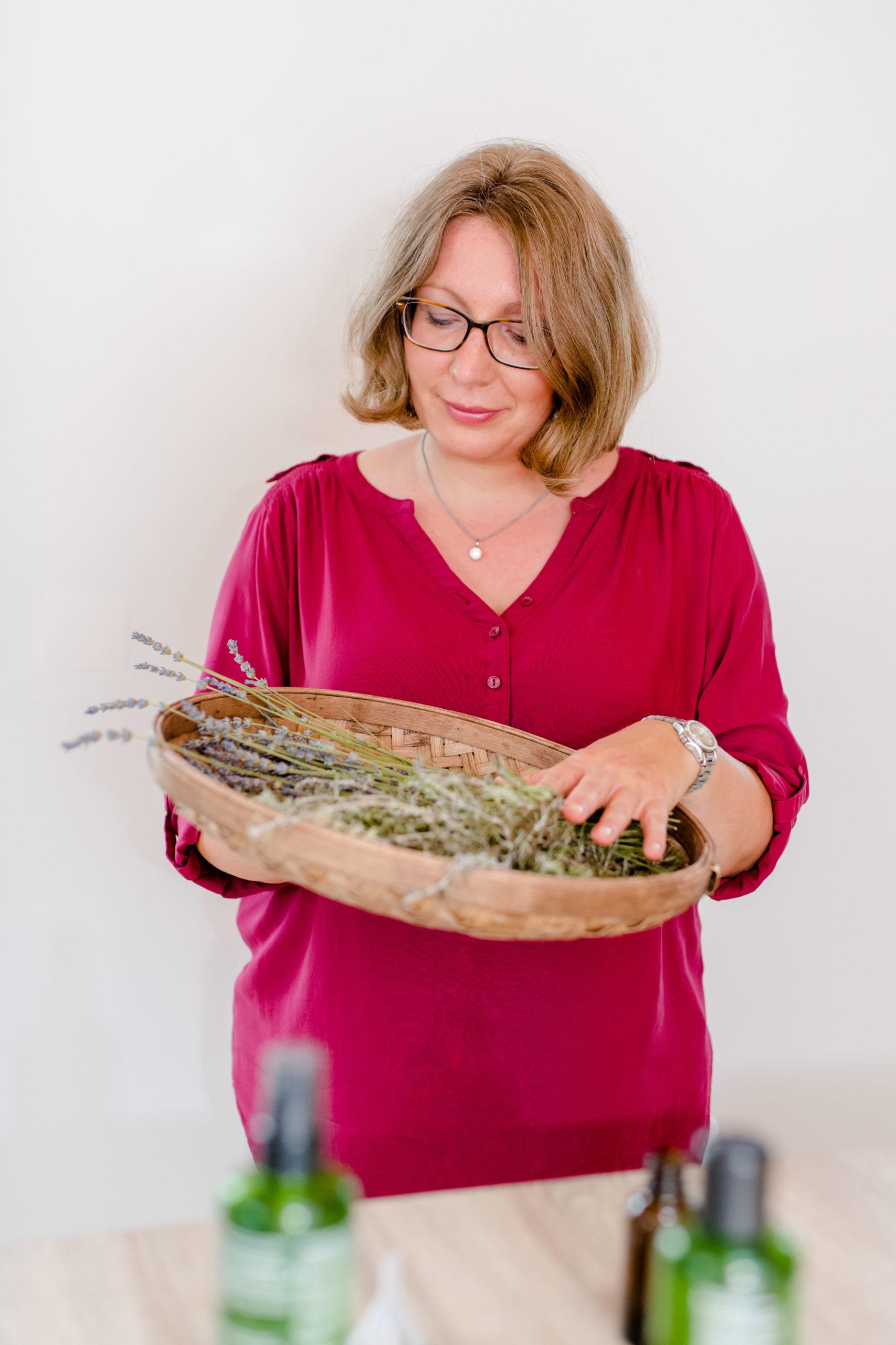 Kinderhautexpertin mit der Kinderhautheilpflanze Lavendel