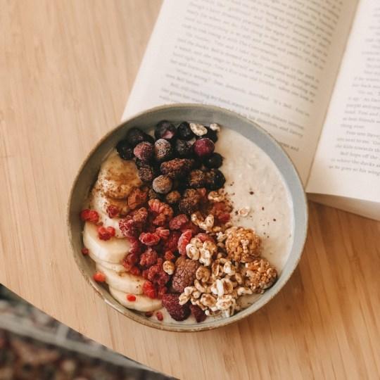 Dieses cremige Protein Porridge ist das ideale schnell Frühstück für einen guten Start in den Tag. Cremig, lecker und vegan - und geschmacklich unübertroffen.
