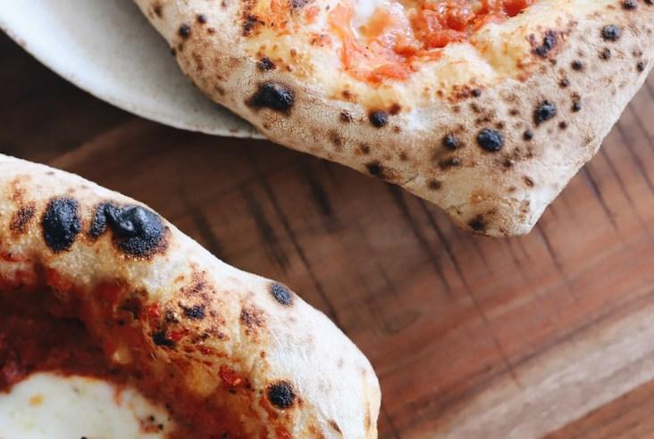 Fluffiger, dicker Rand und ein saftiger Teig mit köstlichem Belag. So gelingt die perfekte neapolitanische Pizza auch zu Hause.