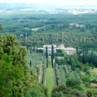 Villa Cetinale, a Romitoriótól visszatekintve. Tágas a barokk kert, óriási a hozzá tartozó birtok, de egyes kertrészek jól kivehetők fentről.