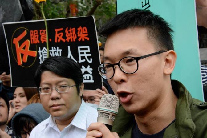 Lin Fei-fan asking Premier Jiang Yi-huah to respond (Photo by J Michael Cole)