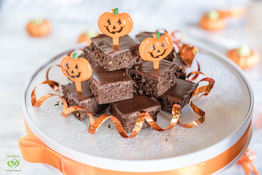4-Ingredient Pumpkin Peanut Butter Fudge Brownies with 2-Ingredient Frosting for Halloween | keto-vegan.com