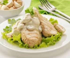 Куриная грудка со сливочно-чесночным грибным соусом