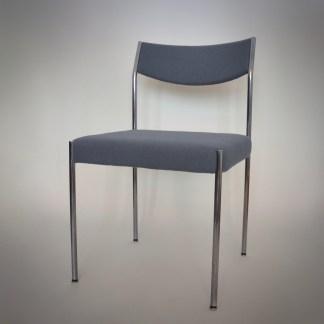 Vintage designstoel met blauw grijze bekleding in topconditie. Elegante poten met metaalkleur en de buiging van het metaal bij de rugleuning maken het een uitstekende stoel om op te zitten met een mooi vertoon.