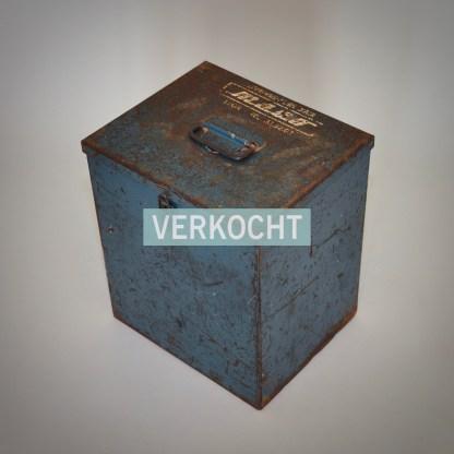 Robuuste industriële werkkist van metaal met roest en gebruikssporen.
