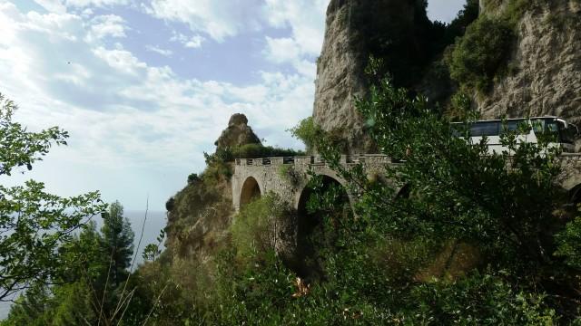 Ponte na estrada da Costa Amalfitana