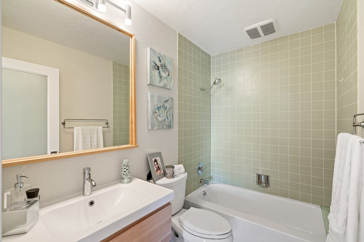 875 Vermont - The Bathroom