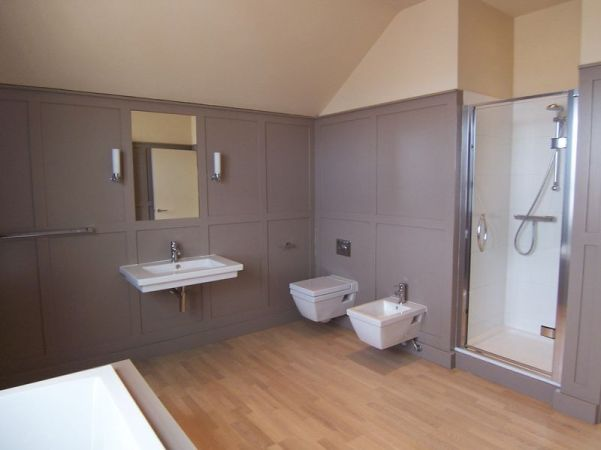Main bathroom (2nd floor)
