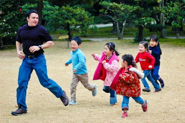 公園でKevinと遊んでいる英会話教室の生徒たち