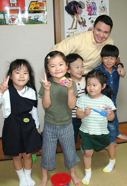 幼稚園児英会話クラスの生徒たちと先生