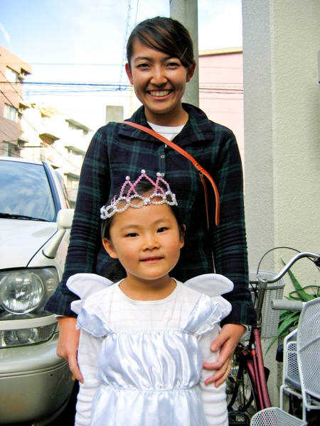 お姫様の仮装をした少女と母親