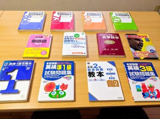 英語上達コツテスト高松英会話ケビンズイングリッシュハウス. 机の上にあるたくさんの英語の教材