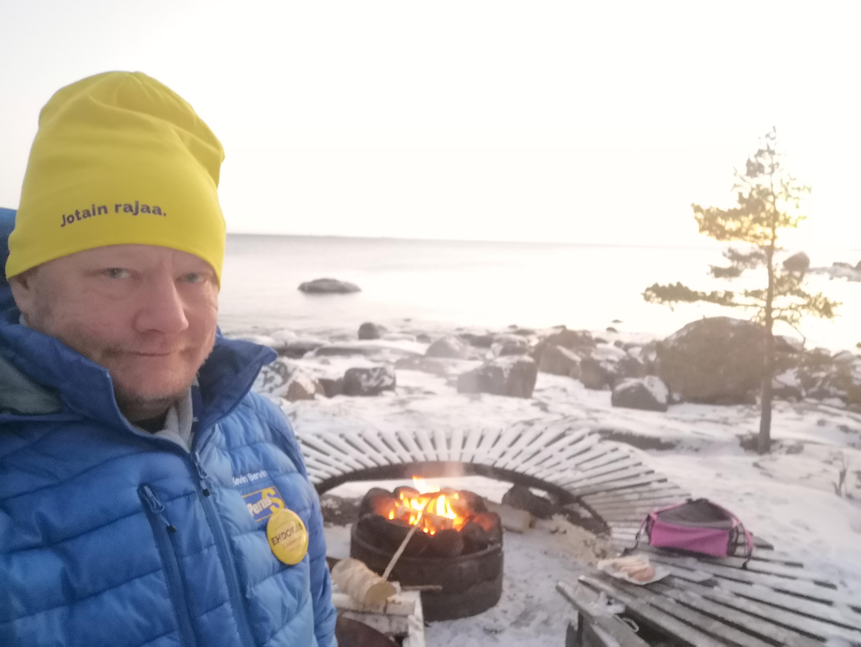 Kevin grillipaikalla Emäsalossa.