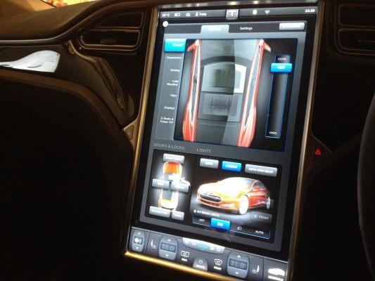 panel interior de un Tesla - movilidad conectada