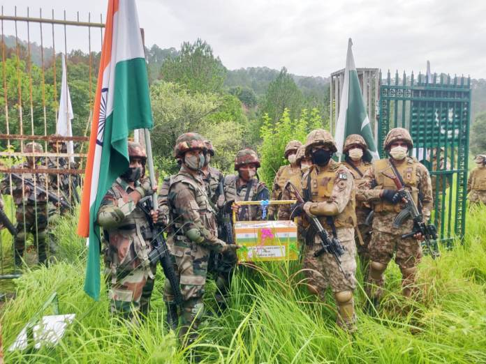 The Indian-Pak army distributed sweets on Eid