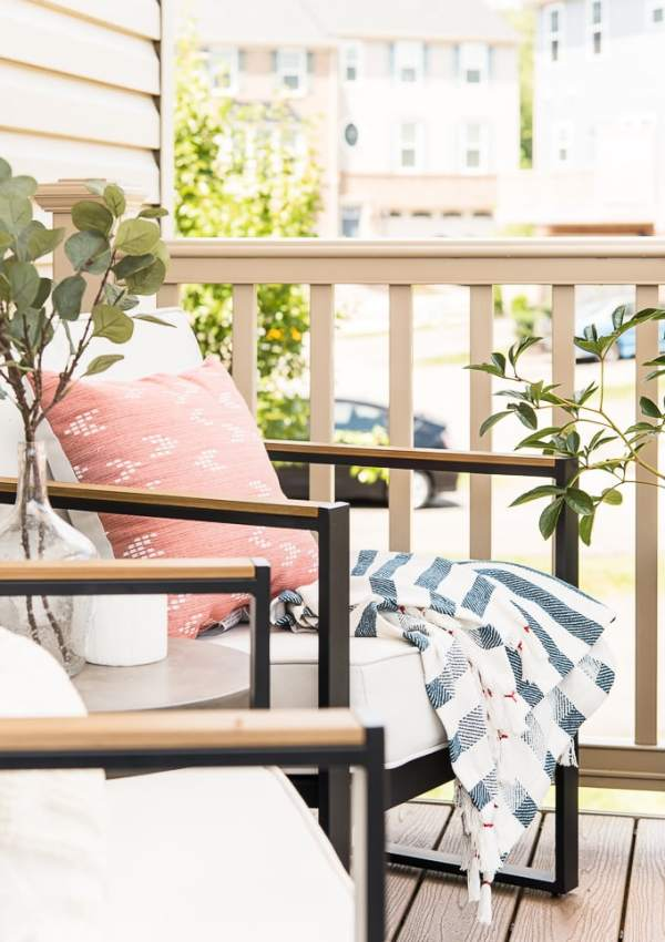 A Modern and Cozy Summer Outdoor Porch