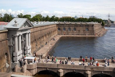 visitors-on-the-pier-at-the-peter-and-paul-fortress-in-st-petersburg