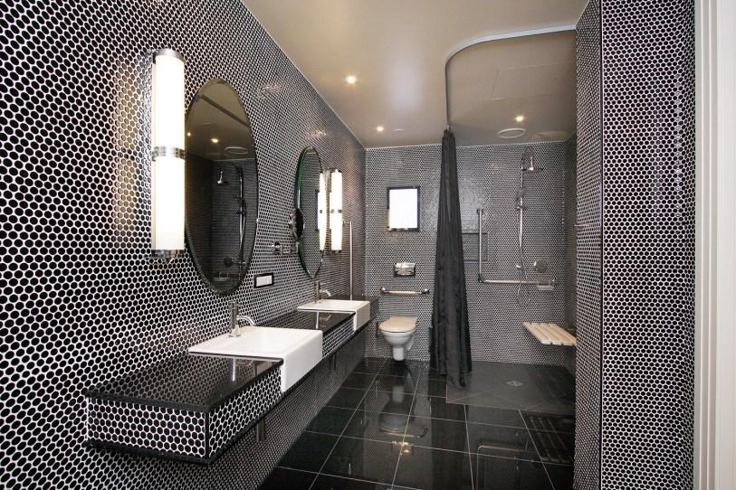 hotel-debrett-accessible-suite-bathroom
