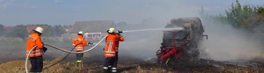 Brennende Rundballenpresse in Ahnsbeck - Kreisfeuerwehrverband