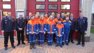 Der stellv. Gemeindebrandmeister Stefan Dehmel (rechts) mit Betreuern und Jugendlichen der Jugendfeuerwehr Eldingen