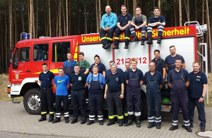 Foto (von Sönke Busch, OF Gockenholz): Die Teilnehmer und Moderatoren des Fahrersicherheitsprogrammes vom 21. August 2016 auf der Testbahn der Firma Wabco in Jeversen.