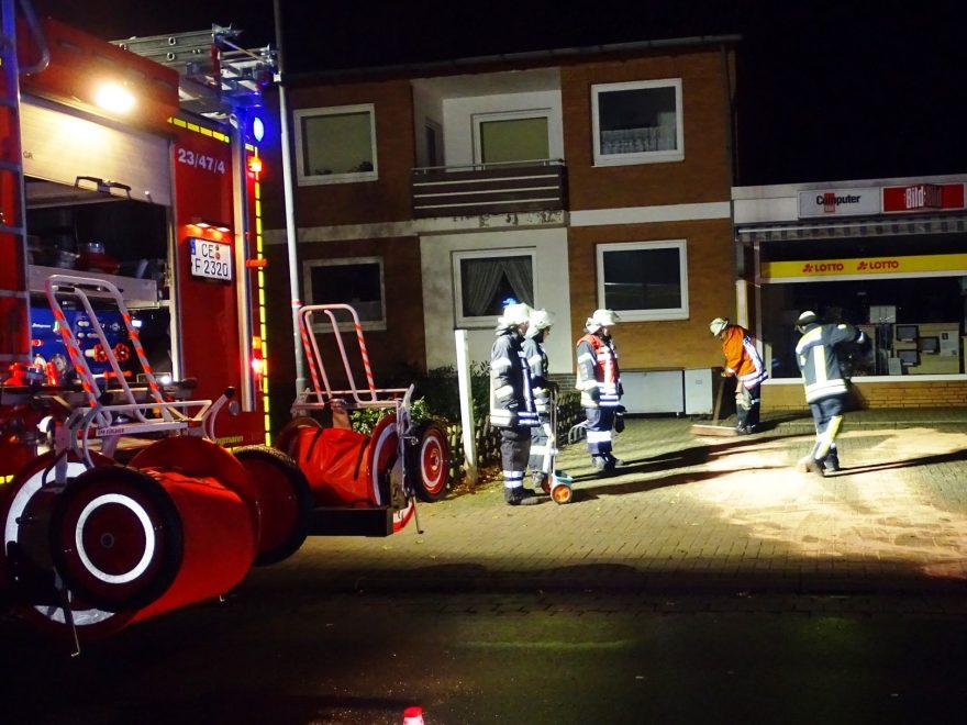 Neben der Verunreinigung auf der Kreisstraße in Wathlingen, mussten die Feuerwehrleute auch auf einem Parkplatz Pkw-Betriebsstoffe ab streuen.