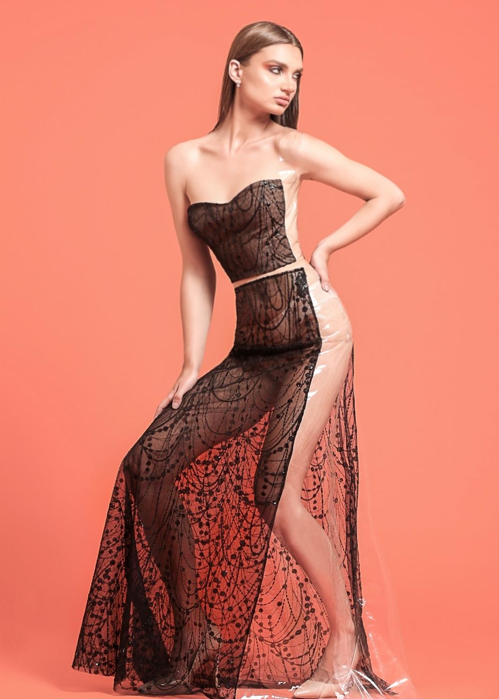 "f019325ee جدير بالذكر أن المصممة اللبنانية "" دانا عبد الله المصري"" تمتلك دار أزياء  عالمية بعنوان ""DAM"", كانت قد افتتحتها مؤخرًا."
