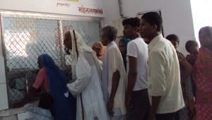 बांदा जिला अस्पताल में मरीजों की भीड़