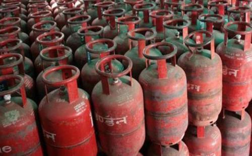 गैस सिलेंडर की घटतौली रोकने में तेल कंपनियां नाकाम ,प्लास्टिक सील तक हुई गायब