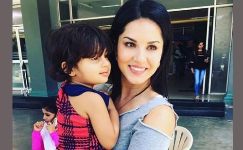 अपनी बेटी को सीने से लगाकर भावुक हुई सनी लियोनी, किया इंस्टा पर पोस्ट