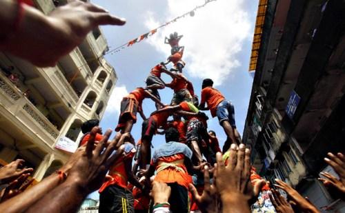 लखीमपुर खीरी में कान्हा की नटखट परंपरा को बरकरार रखते हुए दही हांडी फोड़कर मनाया गया जन्माष्टमी उत्सव