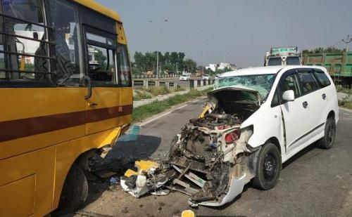 इनोवा गाड़ी  से टकराई स्कूल बस, घायलों को किया अस्पताल में भर्ती
