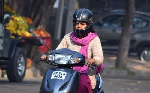 दिल्ली,चंडीगढ़ के बाद अब हरियाणा में भी महिलाओं को हेलमैट पहनना होगा अनिवार्य